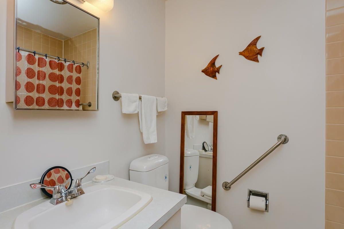 Single lodge room bathroom