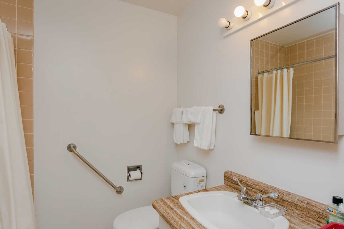 Double lodge room bathroom